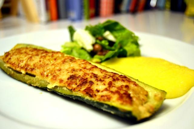 Fyllda zucchini med polenta och sallad