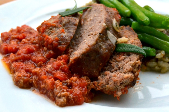 Köttfärslimpa med tomatsås, här med rsamprisotto och gröna bönor