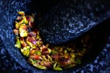 Pistagenötter mals i mortel