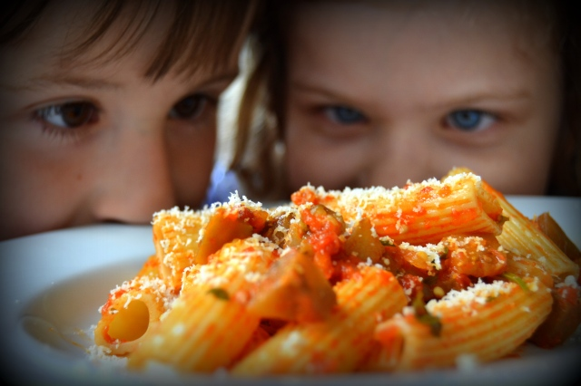 Bruno och Saga spanar in pastan med sås på aubergine och tomater