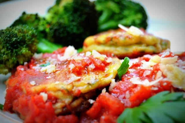 Ricottaplättar med tomatsås och broccoli