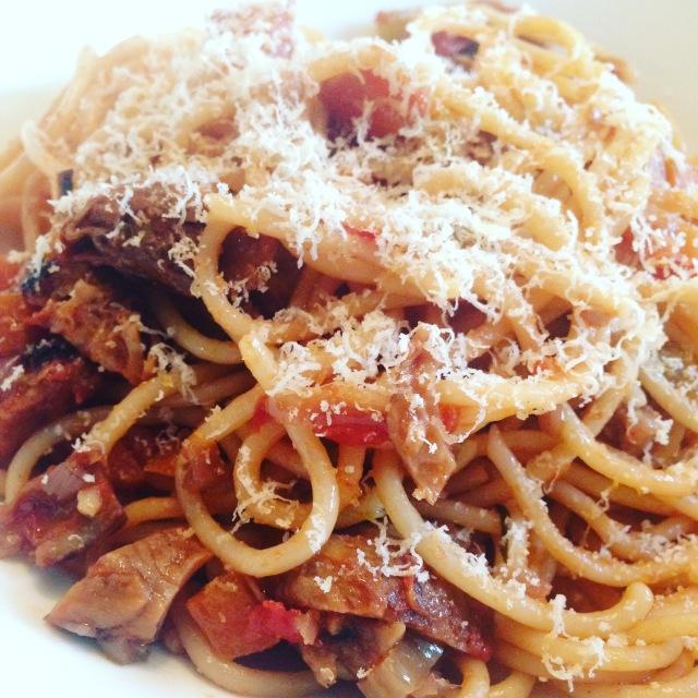 Spaghetti med vegetarisk köttfärssås och parmesan riven över.