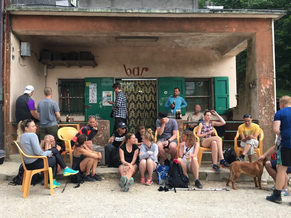 Grupp pausar med drycker på Alto Matanna i Apuanerna under konferensresa