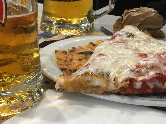Pizza och farinata på La Pia i La Spezia.