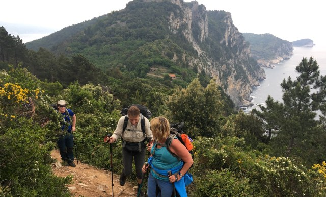 På väg från Portovenere till Riomaggiore i Cinque terre, Muzzerone i bakgrunden